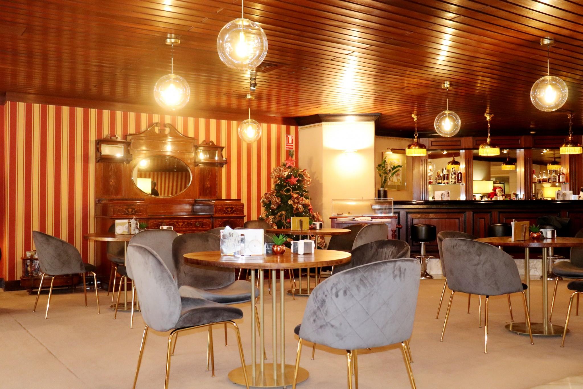 Los elegantes chester marieta llegan al lobby bar del hotel miguel angel hotel miguel ngel - Muebles miguel angel cadiz ...